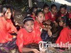 para-remaja-desa-aewora-kabupaten-ende-ntt-saat-mengisi-acara-peresmian-bts-uso-xl-axiata.jpg