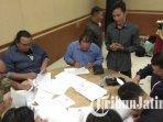 para-saksi-menandatangani-berkas-penetapan-kpu-tulungagung.jpg
