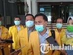 partai-golkar-surabaya-menyerahkan-sejumlah-bantuan-alat-pelindung-diri-apd-dan-masker.jpg