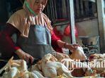 pedagang-ayam-di-pasar-baru-tuban-sedang-memotong-daging-dan-melayani-pembeli_20180730_212024.jpg