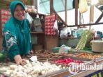 pedagang-bawang-putih-pasar-sidoharjo-lamongan.jpg
