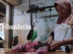 pedagang-daging-di-pasar-baru-tuban-memotong-daging-sapi-super-ilustrasi-harga-daging.jpg