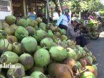 pedagang-kelapa-hijau-muda-di-pasar-ranuyoso-1.jpg