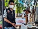 pedagang-keliling-penjual-tauwa-di-surabaya-menerima-bantuan-pangan-gratis-dari-act-surabaya.jpg