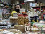 pedagang-kue-di-pasar-atom-surabaya.jpg