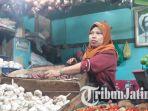 pedagang-pasar-genteng-baru-surabaya-ungkap-harga-bawang-putih-naik_20180202_133737.jpg