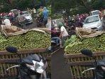 pedagang-sayur-bagikan-sayur-gratis-kepada-pengendara-jalan-akibat-pandemi-covid-19.jpg