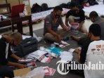 pekerja-melakukan-sortir-dan-pelipatan-surat-suara-pilwali-2020-di-gudang-kpu-kota-blitar.jpg