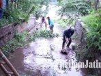 pekerja-membersihkan-sampah-di-saluran-drainase-pembuangan-air-ke-sungai-brantas-kota-kediri.jpg