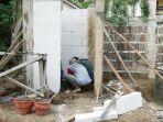 pekerja-menyiapkan-pembangunan-tanki-septik-atau-jamban-di-salah-satu-rumah-warga-trenggalek.jpg