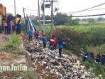 pelajar-membersihkan-tumpukan-sampah-di-bantaran-sungai-kali-lamong-cerme-gresik.jpg