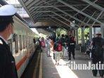 pelanggan-naik-kereta-api-lokal-dari-stasiun-gubeng-surabayailustrasi-kereta-api-ilustrasi-stasiun.jpg