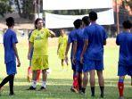 pelatih-arema-fc-eduardo-almeida-memimpin-latihan-rutin-untuk-persiapan-liga-1-2021.jpg