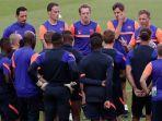 pelatih-kepala-tim-jerman-rb-leipzig-julian-nagelsmann-kanan-berbicara-dengan-pemain.jpg