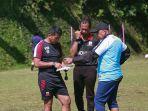 pelatih-madura-united-fc-saat-menyiapkan-komposisi-pemain-untuk-liga-1-2021.jpg