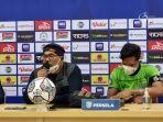pelatih-persela-almongan-iwan-setiawan-saat-sesi-pre-match-press-conference.jpg