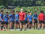 pelatih-timnas-indonesia-shin-tae-yong-jersey-merah.jpg