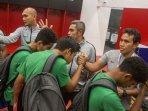 pelatih-timnas-u-16-indonesia-bima-sakti-bersalaman-dengan-para-pemain-seusai-laga-melawan-china.jpg