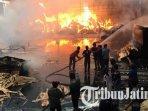 pemadam-kebakaran-dan-karyawan-pabrik-cv-langgeng-makmur-bersama-lumajang-memadamkan-api.jpg