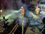 pemadaman-api-di-kandang-terbakar-di-desa-kauman-baureno-bojonegoro.jpg