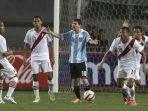 pemain-argentina-lionel-messi-diantara-empat-pemain-peru.jpg