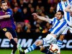 pemain-barcelona-jordi-alba-berebut-bola-dengan-pemain-real-sociedad.jpg