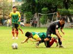 pemain-hwfc-dihadang-pemain-kalteng-putra-di-stadion-umy-rabu-1592021-pagi.jpg