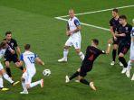 pemain-islandia-birkir-bjarnason-mencoba-melepaskan-tembakan-ke-gawang-kroasia-piala-dunia-2018_20180627_092704.jpg