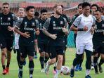 pemain-madura-united-saat-latihan-perdana-di-stadion-gelora-ratu-pamelingan.jpg