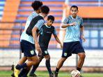 pemain-persela-saat-berlatih-di-stadion-surajaya-lamongan.jpg