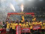 pemain-sriwijaya-fc-meraih-gelar-juara-piala-gubernur-kaltim-2018_20180305_084941.jpg