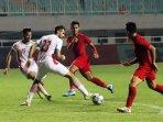 pemain-timnas-indonesia-u-23-saat-berebut-bola-dengan-pemain-iran.jpg