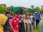 pemakaman-jenazah-dinda-amalia-korban-kecelakaan-pesawat-sriwijaya-sj-182.jpg