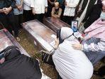 pemakaman-lima-jenazah-korban-sriwijaya-air-sj182-yang-merupakan-satu-keluarga.jpg