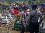 pemakaman-yanto-di-desa-nyawangan-tulungagung-mendapat-pengawalan-ketat-polisi.jpg