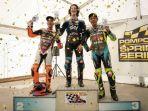 pembalap-legendaris-motogp-valentino-rossi-berpose-di-podium.jpg