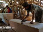 pembuatan-peti-jenazah-di-desa-sambirejo.jpg