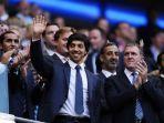 pemilik-city-football-group-sheikh-mansour-bin-zayed-al-nahyan-melambaikan-tangannya.jpg