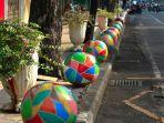 pemkot-surabaya-mempercantik-tata-ruang-kota-dengan-memasang-bola-warna-warni-di-blauran_20180314_212710.jpg