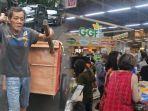 pemulung-komentari-aksi-panic-buying-warga-indonesia-saat-wabah-virus-corona.jpg