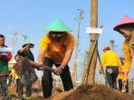 penanaman-pohon-dan-pembuatan-biopori-bersama-kejati-jatim-di-taman-pupr.jpg
