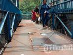 pengguna-jpo-khawatir-ketika-akan-melintas-lantai-jembatan-berlubang-dan-berkarat.jpg