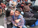 pengungsi-kerusuhan-wamena-polwan-temani-bocah-pengungsi-di-lanud-abdulrachman-saleh-malang.jpg