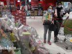 pengunjung-ace-hardware-lenmarc-mall-surabaya-saat-membeli-hampers-lebaran.jpg