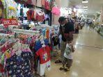pengunjung-beserta-buah-hatinya-sedang-melihat-koleksi-baju-di-itc-mall-surabaya.jpg