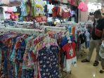 pengunjung-beserta-buah-hatinya-sedang-melihat-koleksi-baju-di-itc-mall.jpg