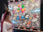 pengunjung-melihat-karya-seniman-gresik-dalam-gresart-6-di-senja-jingga.jpg