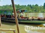 pengunjung-menaiki-perahu-di-hutan-mangrove-wonorejo-surabaya.jpg