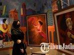 pengunjung-menikmati-lukisan-pada-pameran-seni-rupa-di-ibis-style-surabaya-jalan-jemursari.jpg