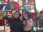 pengunjung-tengah-selfie-di-taman-mozaik-surabaya.jpg